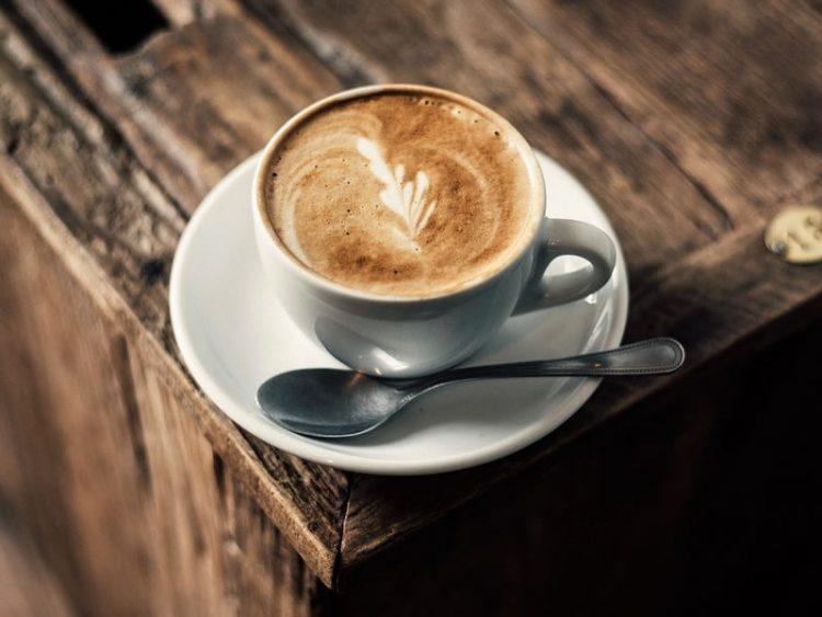 Додајте само 2 лажици во утринското кафе: Топи килограми во текот на целиот ден
