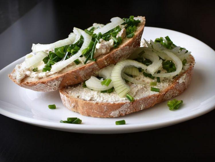 Тартар сос од зеленчук на препечен леб