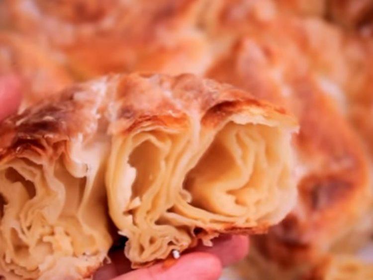 Брза пита со сирење од само три кори – совршено кога ќе ви остане материјал по готвењето