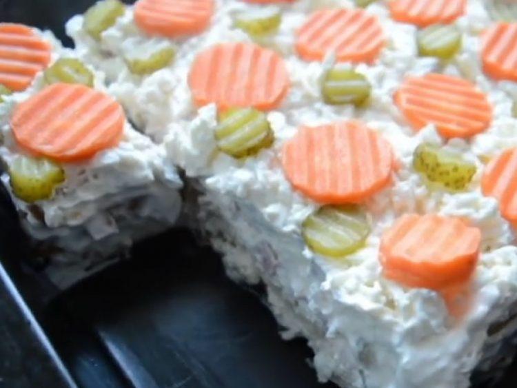 Солена торта повкусна од руска салата – кремасто уживање