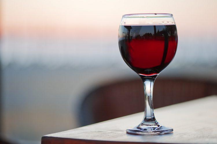 Тука сите грешиме: Вака правилно се држи чашата за вино