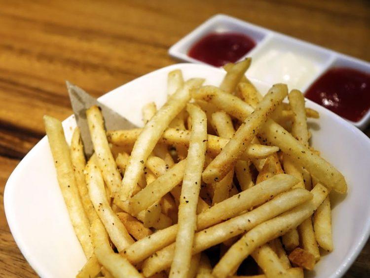 Кога пржите компири додадете го ова – ќе бидат уште повкусни