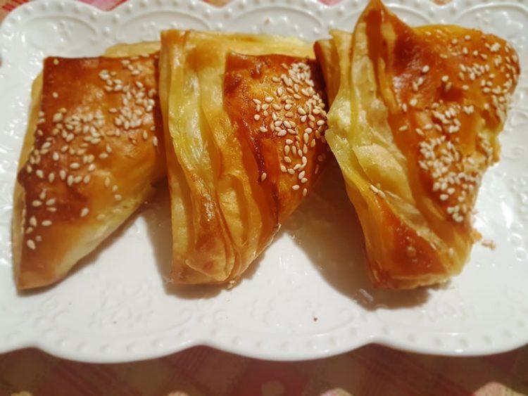 Богат појадок готов за 20 минути: Триаголници со ајвар