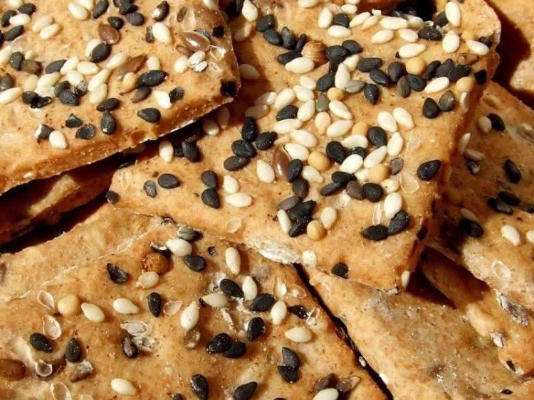 Домашни интегрални крекери со сусам