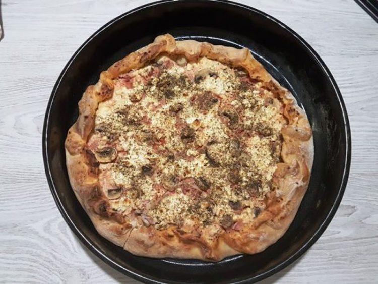 Пица со домашно сирење (ВИДЕО РЕЦЕПТ)