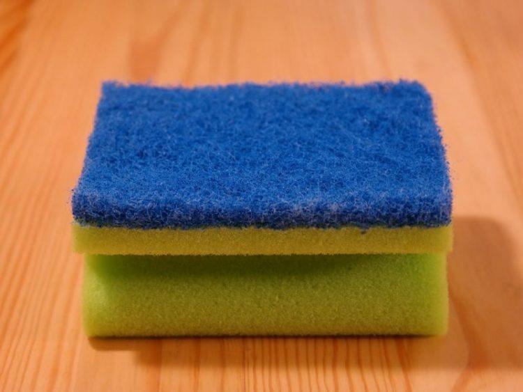 Трик кој веќе сите почнаа да го користат: Врел сунѓер ја отстранува нечистотијата