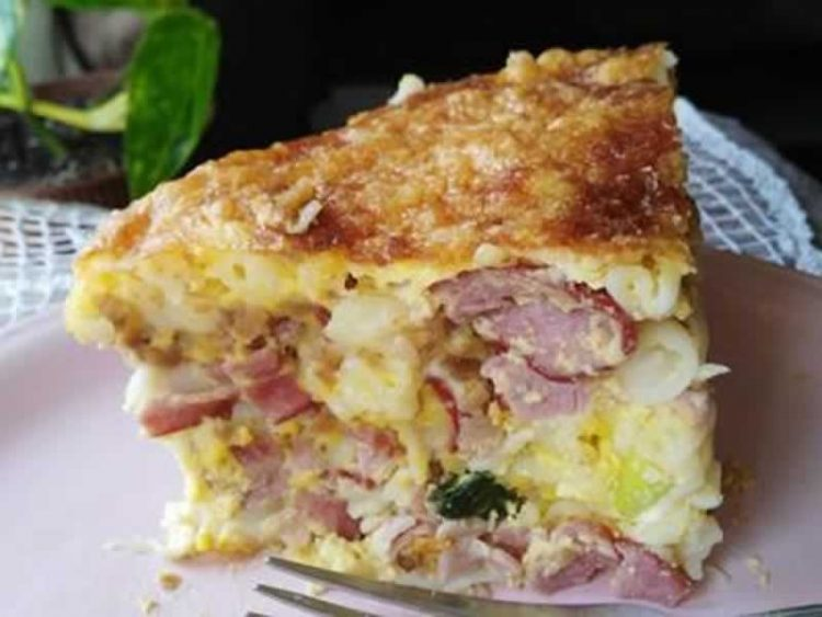 Макарони со сирење, спанаќ и шунка
