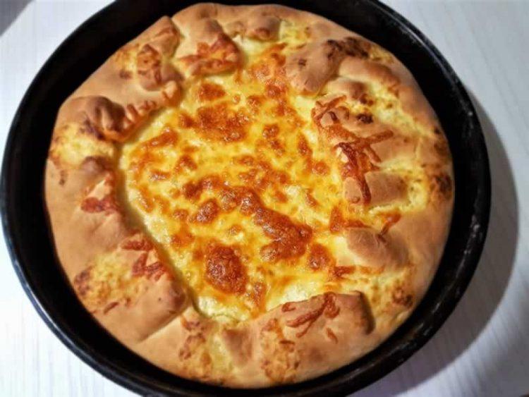 Пита со шунка и маслинки прелиена со јајца