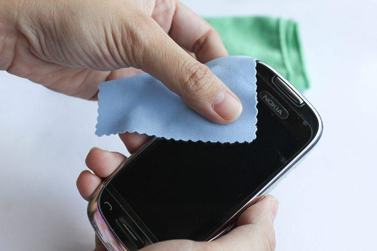 Корона вирус: Како правилно да го дезинфицирате мобилниот телефон