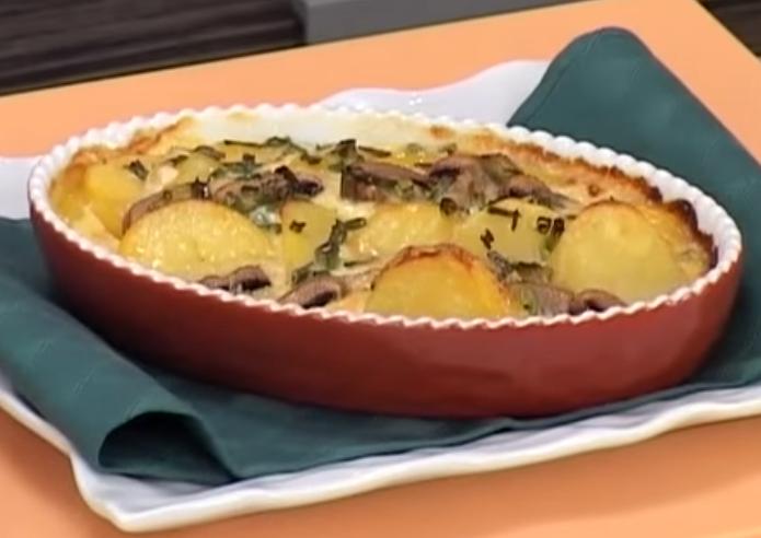 КОМПИР ДЕЛИКАТЕС: Запечен компир со тиквици и шампињони