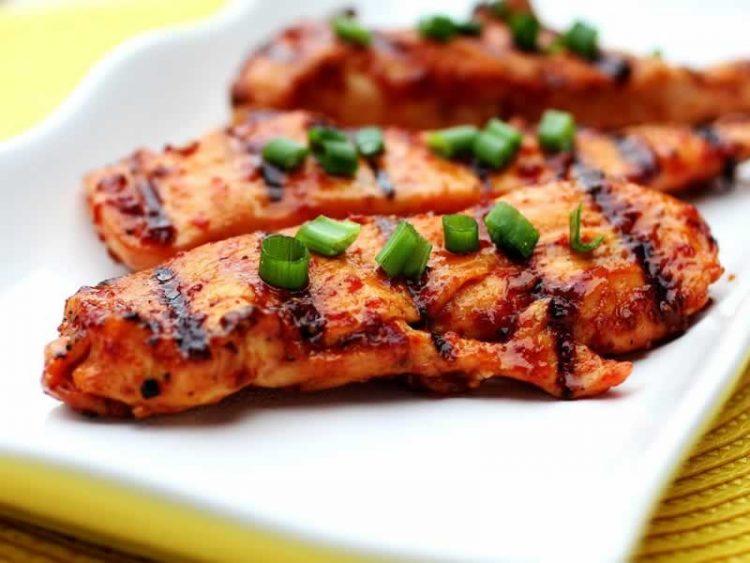 Вкусен ручек: Пилешко со сланина и рузмарин