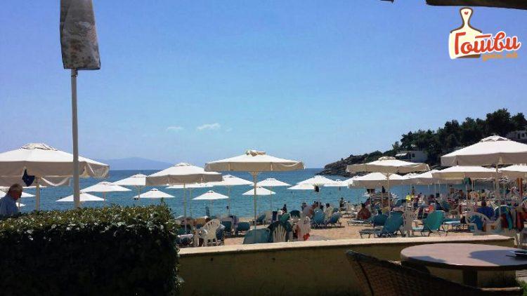 2 Евра за лежалка и чадор, 2,5 еспресо, 3 евра пиво – Еве ги цените на плажа во Грција