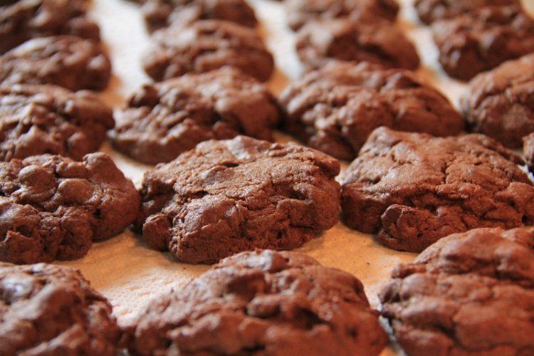Домашни колачиња со парчиња чоколадо и путер