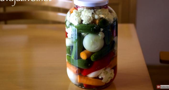 Тегла полна витамини: Шарена туршија, бидете домаќинка со највкусна за зимава