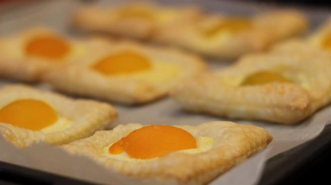 Деликатес од десерт: Дански колач со кајсии