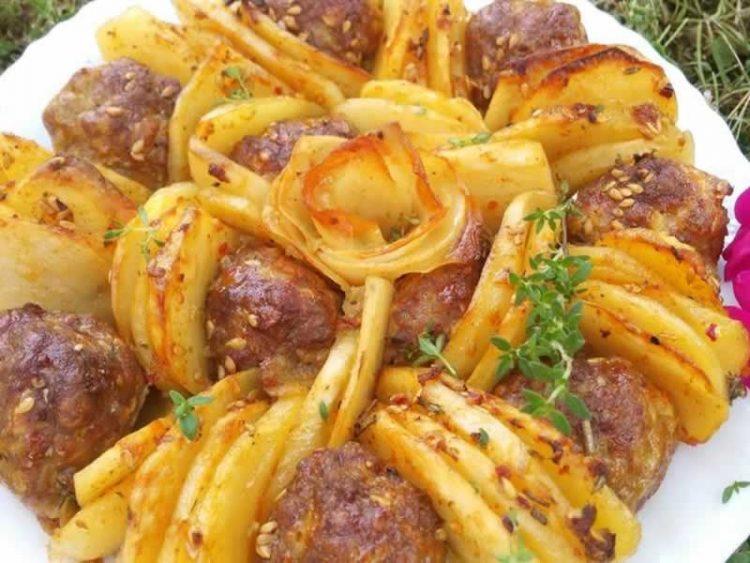 Ќофтиња со компири: Убаво изгледаат, а вкусот е фантастичен! (ВИДЕО)