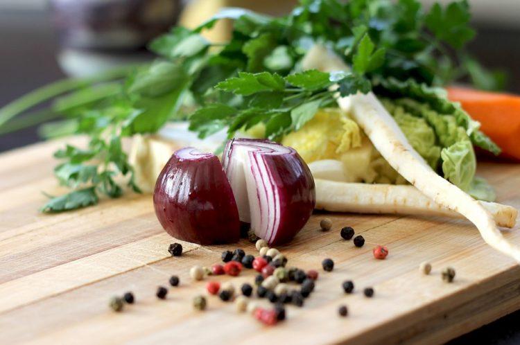 Овошјето и зеленчукот нема да се лизгаат на даската за сечење – Има мал трик