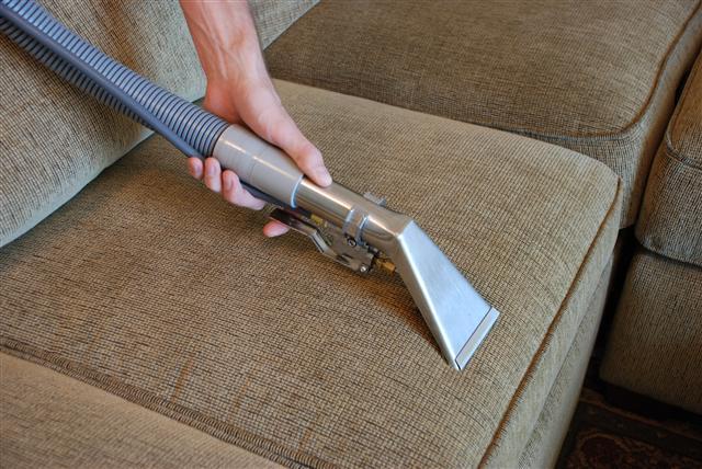 """Исчистете го кожниот мебел без оштетувања – има една """"цака"""""""
