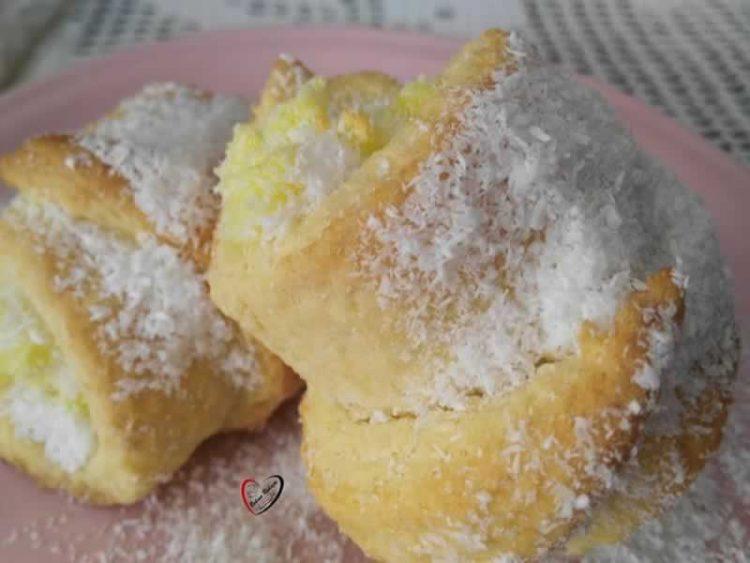 Слатки кифлички кои се топат во уста: Меко тесто исполнето со фил од кокос!