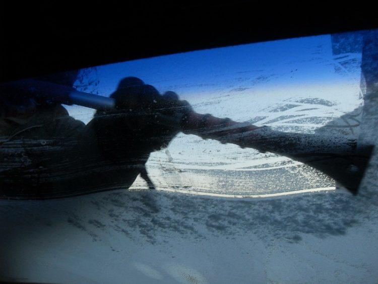 Крај на маката во зима: Направете ја оваа течност, стаклото на возилото нема да замрзне повеќе