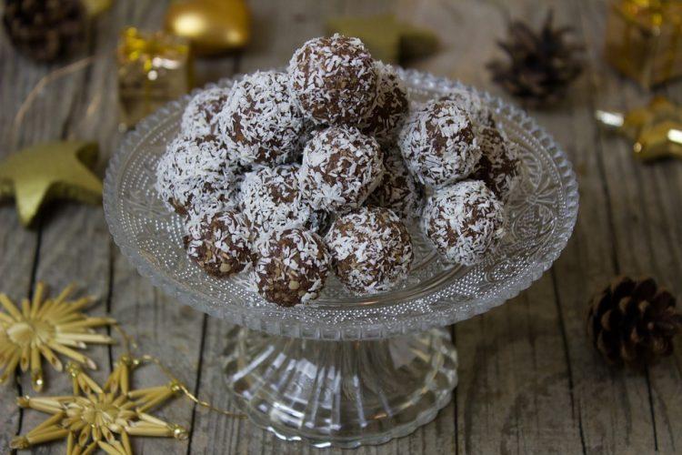 Кокос бомбици со чоколадо – брзи ситни топчиња за секоја пригода