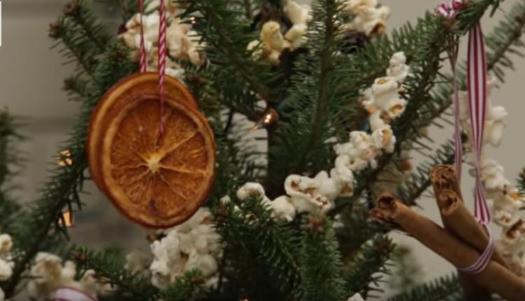Празнична декорација: Направете елка со помош на прибор за јадење, пластични шишиња… (Видео)