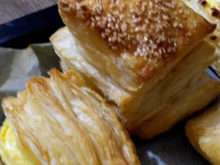 Крцкави и неодоливи: Погачици од домашно лиснато тесто, се топат во уста