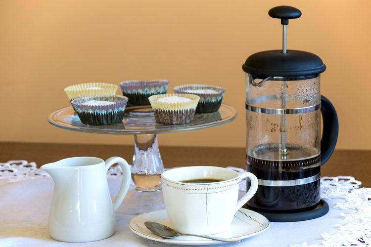 Ставете лажиче од ова во утринското кафе – топи сало во пределот на стомакот