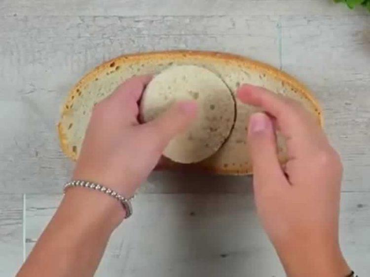 Направила дупки во лебот и подготвила фантастичен оброк: Ќе го правите секогаш! (Видео)