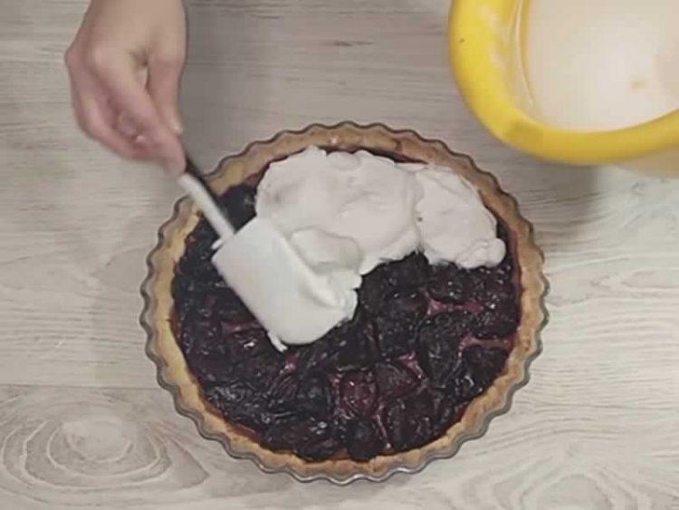 Се топи во уста: Фантастичен колач со сливи
