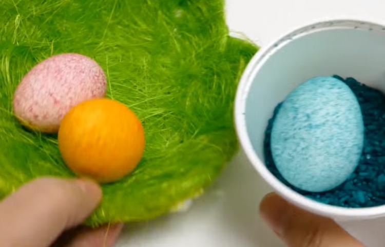 Велигденски јајца со ориз – Нема неред, мачење и офарбани прсти