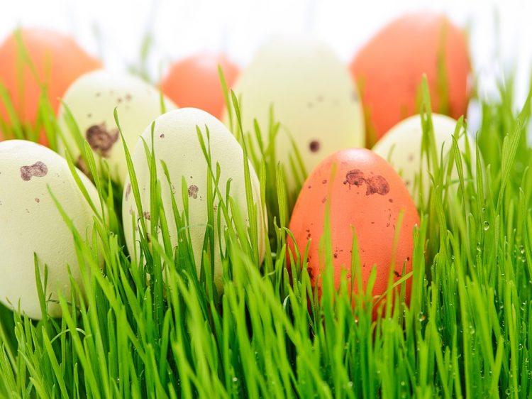 Сварете јајца во вода со зелка – Лесна идеја за Велигден, нема мачење и хемикалии