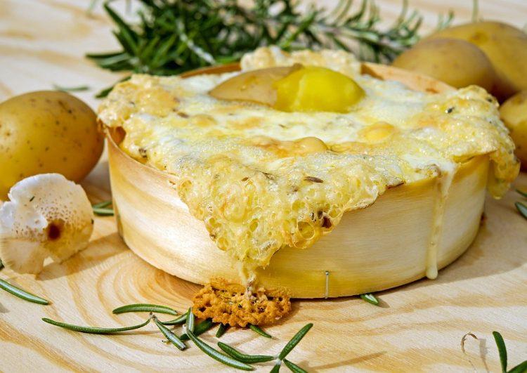 Компир, сланина, кашкавал и бело вино – деликатесен ручек од рерна
