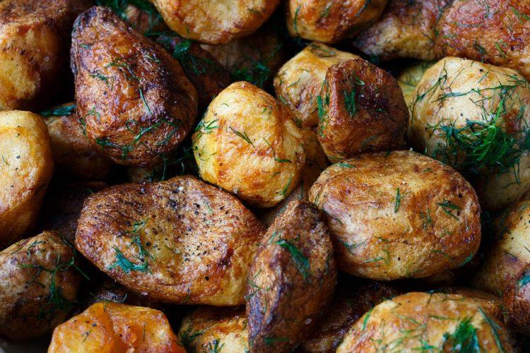 Млади компирчиња со магдонос и путер – Се топат во уста