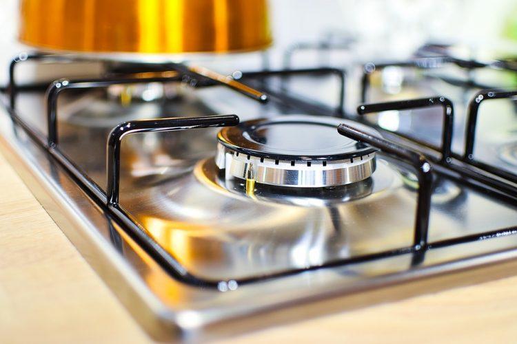 Се повеќе луѓе ставаат ластиче на дугмето на шпоретот – изгледа чудно ама има добра причина