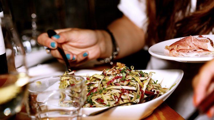 """""""Бејкон салата"""" – нов вкус полн витамини, се прави за 5 минути"""