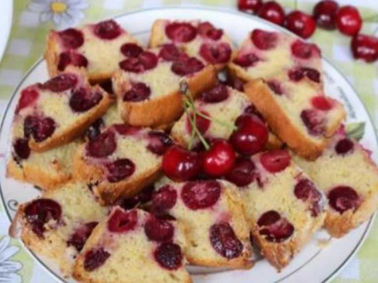 Колач со вишни и јогурт: Совршен и едноставен десерт