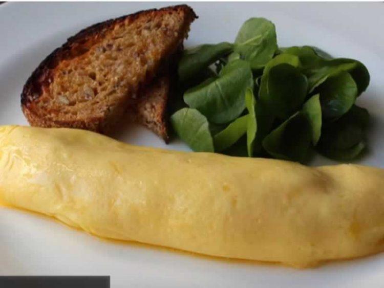 Француски омлет: Најубав и најлесен начин за подготовка на јајца (Видео)