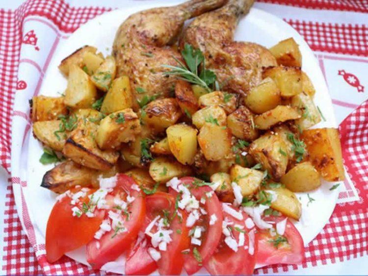 Млади компирчиња со пилешко во рерна: Традиционално јадење, а вистинско богатство од вкусови