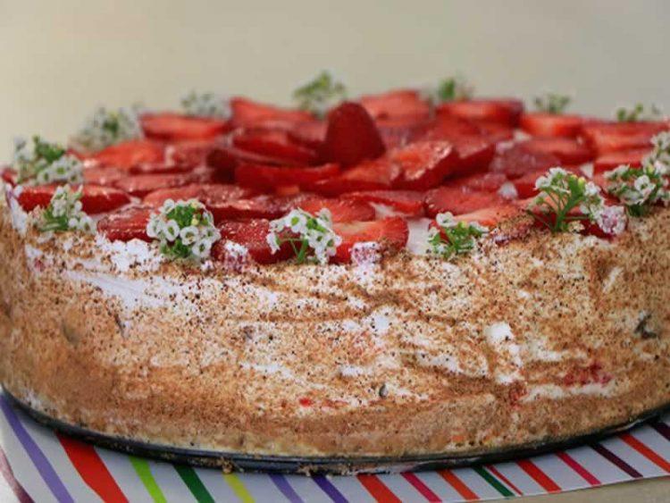 Одличен десерт: Кекс шлаг торта со јагоди (Видео)