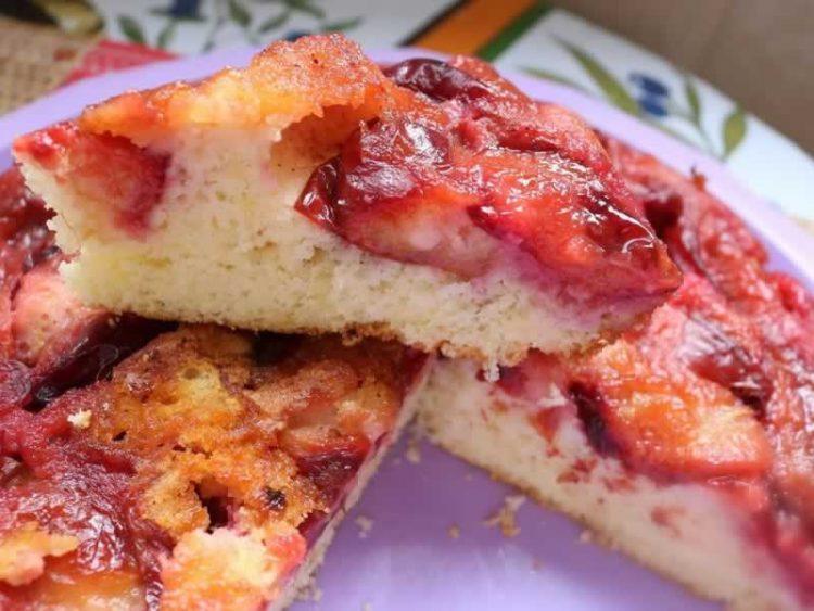 Превртен колач со сливи: Едноставен десерт по оригинален рецепт (Видео)