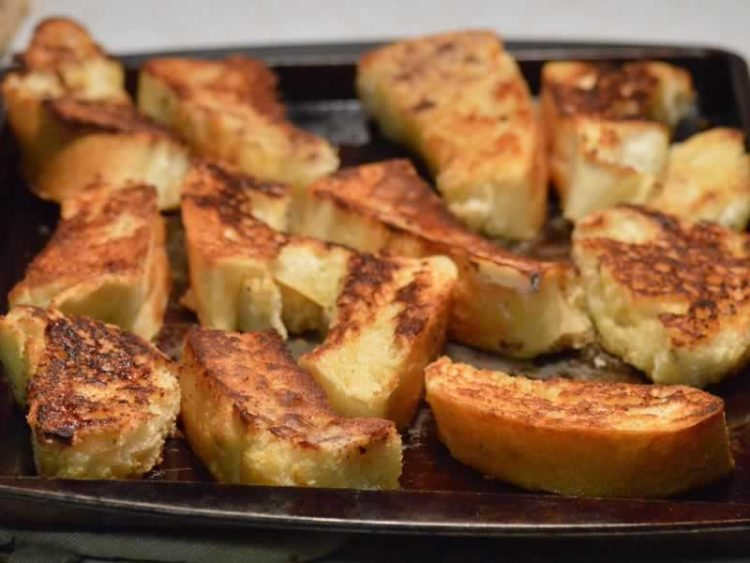 Евтино јадење од пржен леб и сирење