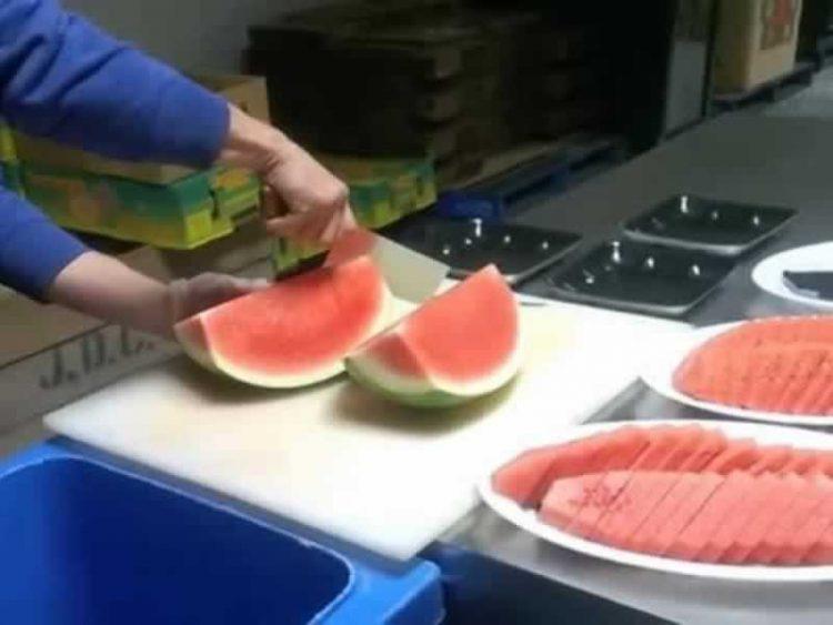 Отсега само вака ќе сечете лубеница: Еве како се сечка цела лубеница за само 2 минути! (Видео)