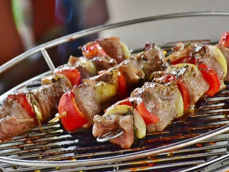 За месото веќе никогаш да не ви излезе суво и жилаво: Направете го ова пред печењето!