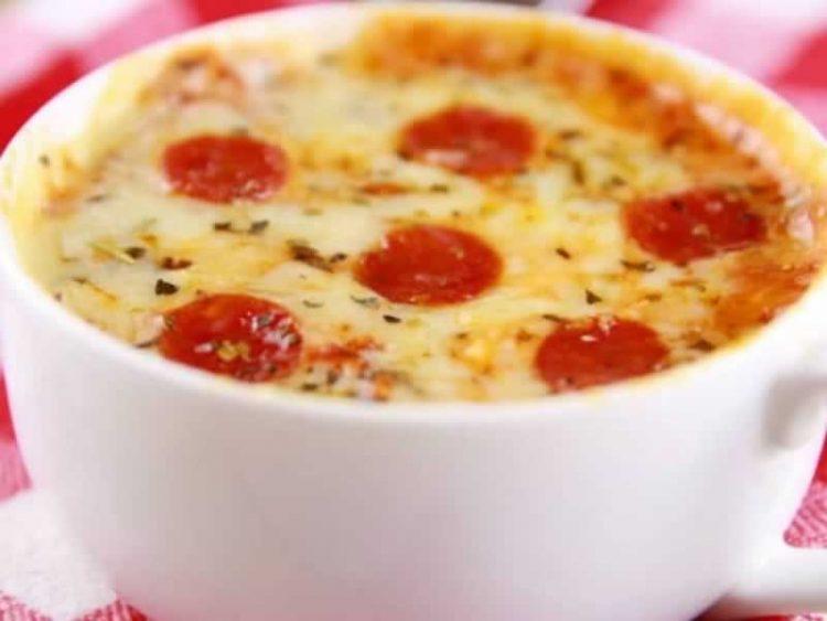 Рецепт за пица во шолја моментално е најголем хит на интернет (Видео)