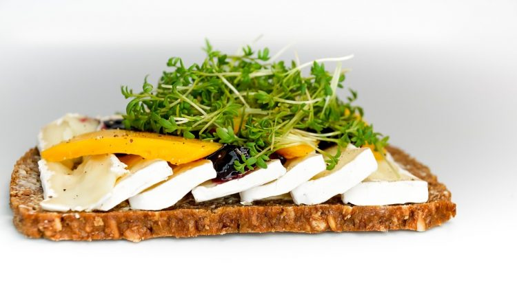 Специјалитет: Запечено деликатесно сирење во фолија