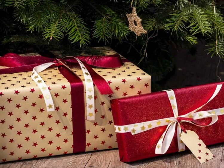 Еве како наједноставно да спакувате божиќни подароци (Видео)