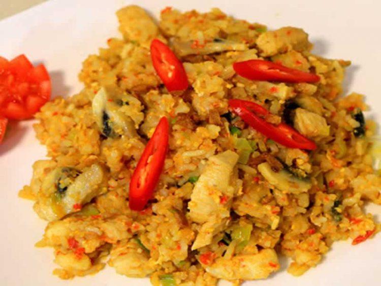 Одличен индонезиски рецепт: Ориз со пилешко, соја сос и печурки (Видео)