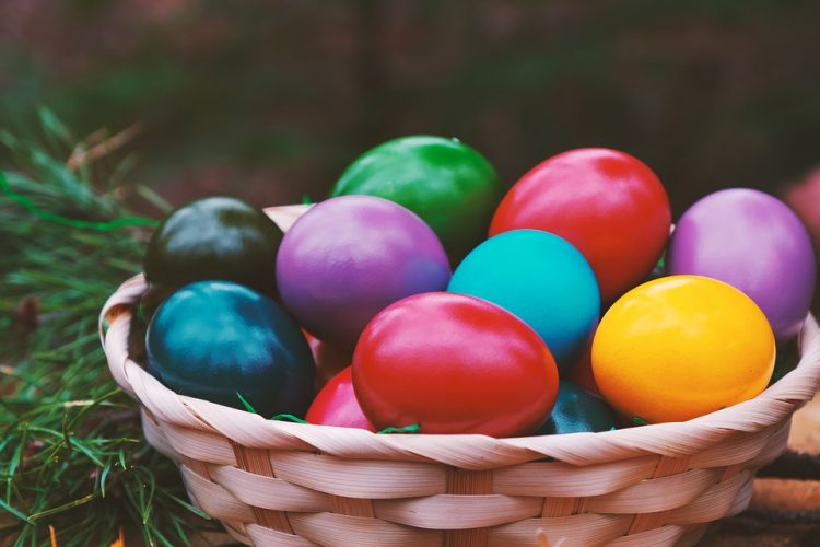 Офарбајте јајца со акрил и фолија – Брза техника за Велигден