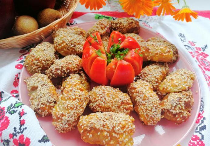 Млади компирчиња во сусам: Од надвор крцкави, внатре меки како путер (Видео)